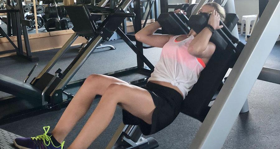 Carola Landerer an der Beinpresse in ihrem Fitnessstudio