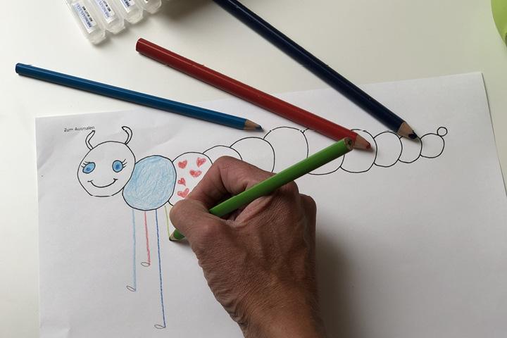Mit jeder Ausatmung Ihres Kindes zeichnen Sie ein Bein an die Raupe