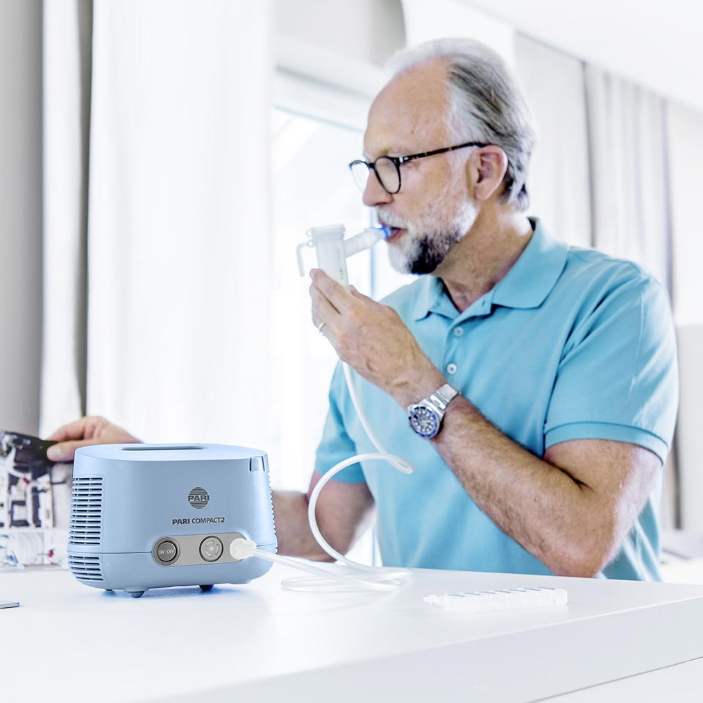 Mann-inhaliert-mit-PARI-COMPACT2.jpg
