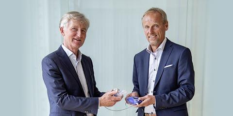 Dr. Martin Knoch bei der symbolischen Übergabe eines eFlow® Gerätes an Dr. Stefan Seemann. © PARI Pharma GmbH